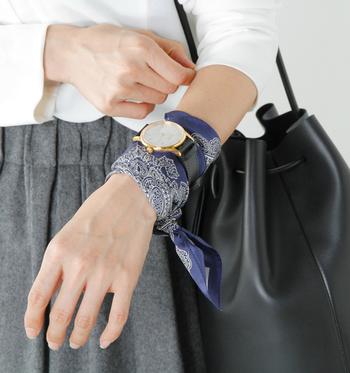 手首にスカーフを巻いて、さらにその上に腕時計を巻いている活用法。シンプルコーデの時には、これくらい大胆な使い方をして全体のアクセントにするのも素敵です。