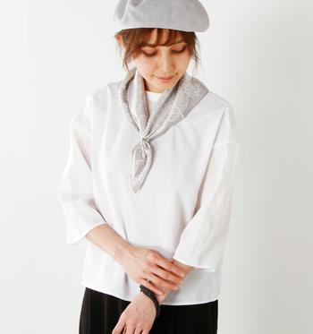 シンプルな洋服が好きな方や、いつも同じような着こなしになってしまうとお悩みの方にぜひ試してほしいのが、スカーフをプラスするテクニックです。