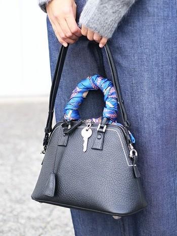 ショルダーに結ぶだけでなく、バッグのハンドル部分にぐるぐる巻く使い方もおすすめです。巻き終わりは軽く結ぶだけで、シンプルバッグが世界に1つのオリジナルバッグに早変わりします♪