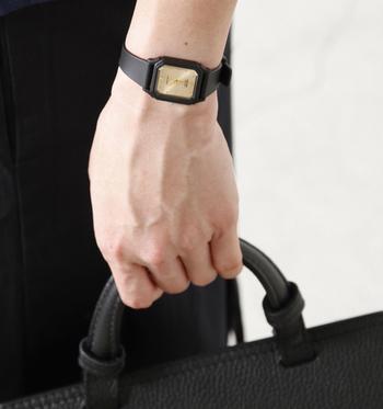 小ぶりでどんなコーデにも合わせやすいこちら「アナログレディース腕時計」は、シンプルなのにおしゃれを兼ね備えた女性にとって魅力的なアイテムです。オンオフどちらでも活用できるので、毎日身に付けたくなるデザインですね。