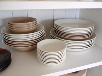 毎日使っている食器たちには、食器棚の中でも手の届きやすい棚を確保してあげましょう。メインで使う人の背丈によって、使いやすい棚の段は変わります。迷ったら、何度か出し入れしてみるといいですね。