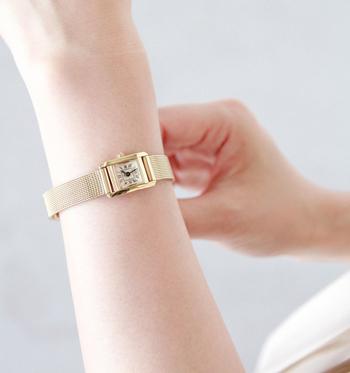 メッシュベルトが特徴的な「メッシュバンドウォッチ」は、ステンレスでできているためその軽さが最大の魅力となっています。ゴールドやシルバーなどのカラーで小ぶりな腕時計は、アクセサリー感覚でデイリーに使いたくなるデザイン。