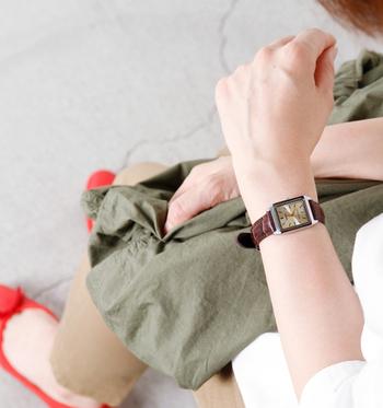 スクエア型の盤面に、レザーのベルトをプラスした「スクエアケースレザーベルト腕時計」は、オフィスカジュアルなどにも合わせやすいデザイン。もちろんスーツなどに合わせても違和感がないので、仕事で使うことが多いという方にもおすすめです。