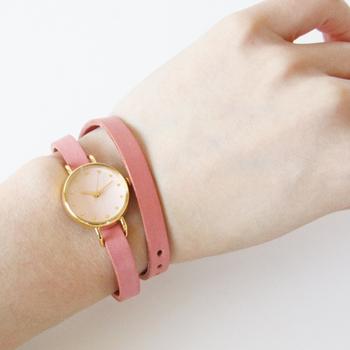 石川県金沢市の「C-Brain(シーブレーン)」というアトリエが展開しているのが、こちらの腕時計ブランド「はなもっこ」。日本画で使われる「岩絵の具」を文字盤にあしらっているのが最大の特徴で、手漉き和紙の文字盤に職人が一つ一つ色付けをして作られています。
