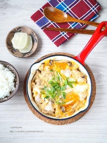 ご飯の上に具材をのせない、ちょっとユニークな親子丼。お洒落なスキレット鍋に親子丼の具を作り、熱々をそのまま食卓へ…おかず感覚でも楽しめる、楽しいどんぶりです。
