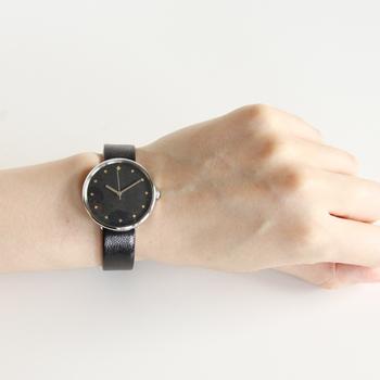 """""""色遊びを愉しむ""""をテーマに作られたシリーズ「こないろ」は、飛鳥時代から使われ続けている「岩絵の具」だからこそ出せる光沢感や、きらめきを楽しむことができる腕時計です。ユニセックスなデザインなので、ペアウォッチとしてもおすすめ。"""