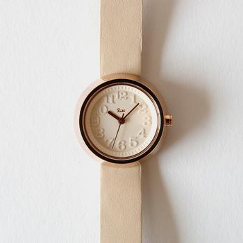 SEIKOのサブブランドである、ALBA(アルバ)が販売している腕時計シリーズ「Riki(リキ)」。デザインという言葉がまだ浸透していない1940年代頃から活躍していた、デザイナーの渡辺力さんの代表デザインでもある「小さな壁時計」をモチーフにして作られた腕時計です。