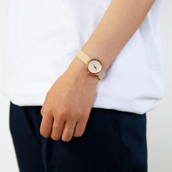 近くで見ると立体的に見える文字盤は、遠くから見るとオフホワイトのシンプルな盤面。どんな服装やTPOにも活用できる、シンプルだからこそ毎日使いたくなる素敵な腕時計です。