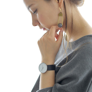 大ぶりな盤面は、フェイス径35mmのボーイズサイズを採用。あえて大きな腕時計を選ぶことで、華奢な女性らしさをアピールすることができます。サイズもデザインも男女問わずに使えるので、大切な人とのペアウォッチにもぴったり。