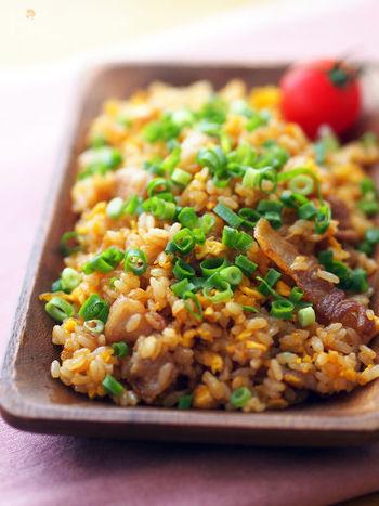 味付けで使う調味料は、オイスターソースとマヨネーズの2つだけ!コク深い味わいのチャーハンは、しっかりと炒めるのがパラパラになる秘訣。仕上げに小ネギをお好みで…