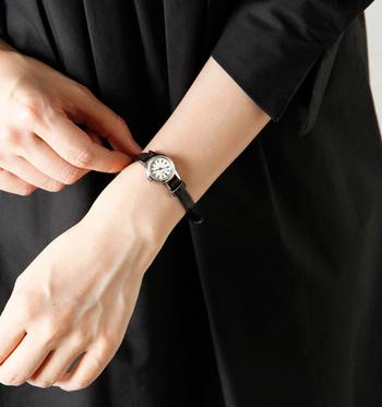 小さな丸い盤面がキュートな「リザードレザーバンドウォッチ」は、型押しではなく染め上げたレザーバンドのデザインと光沢感が魅力的な腕時計です。小ぶりでさりげなく使えるので、腕時計を付ける習慣がない人でも違和感なく身に付けることができますよ♪