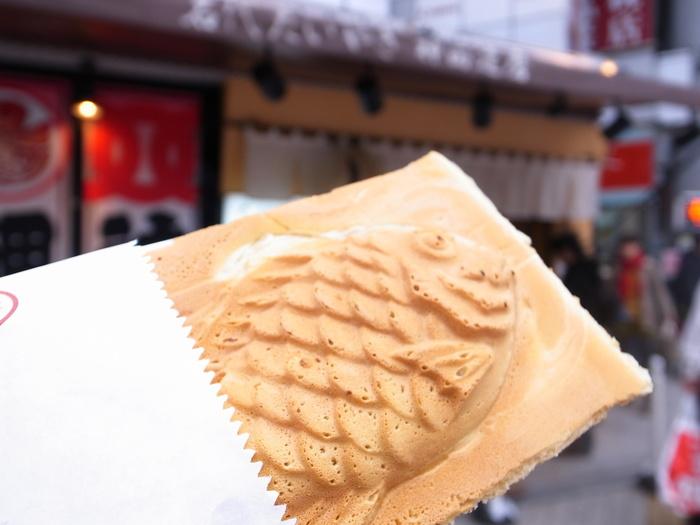 たいやきの周りの羽根がパリパリ存分に味わえる「たいやき神田達磨」のたいやきは、四角い形をしています。