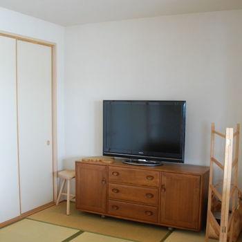 リビング横にある和室にも「アーコール」のヴィンテージ家具が。シェルフをテレビ台代わりに使うことで、リビングと和室に統一感が生まれています。