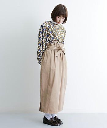 パンツと合わせると大人かわいいカジュアルスタイルに!フリルスタンドブラウスやローファーを合わせてクラシック感をプラス。