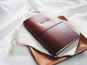 ノート3ページ分は書けないという方は、目標などや心が感じた事を手帳に書き溜めましょう。書くことで脳がインプットして行動に繋がっていきますので、是非試してみてください。こちらは、しっとりとしたブラウンのレザーカバーが素敵な「ハンドメイドレザーブックセット」。表紙部分にはフリーハンドで味わいのある加工がされているのもポイント。行動経年変化で艶を増していく革とともに、自分の心もブラッシュアップしていきたいですね。