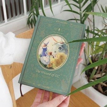 こちらはまるで洋書か絵本のような、美しい装丁の「手帳」です。淡く柔らかな色合いの絵柄は、眺めているだけで温かな気持ちになります。こんなお気に入りのノートがあれば、毎日書き込むのも楽しくなりますね。