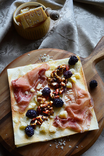 ピザも、カッティングボードに置くととても見映えがします。キッシュやマフィンなども素敵。ナチュラルな木の風合いは、手作りのお料理にお似合いです。