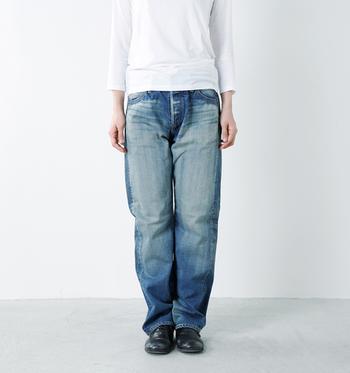 1950年代のジーンズをイメージして作られたストレートジーンズセルヴィッチデニムパンツ。古き良き時代の縫製仕様をジョンブルの技術を使って再現したヴィンテージ感溢れるデニムパンツです。