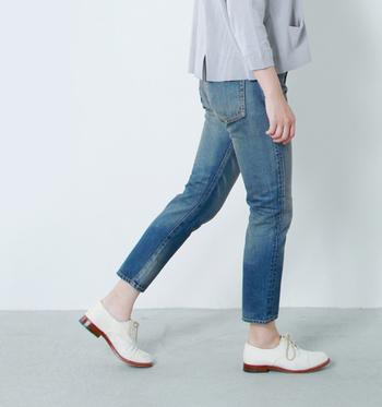 1960年代前半のジーンズをモデルに作られたヴィンテージ仕様のテーパードジーンズ。くるぶし丈をいかして、おじ靴やフラットシューズを合わせたマニッシュな着こなしが楽しめます。