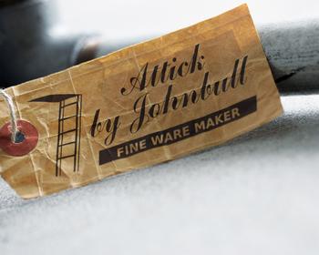 2015年にリリースされた新ライン「Attick by Johnbull(アティック バイ ジョンブル)」は、アメリカンヴィンテージを知り尽くしたデザイナーによる1930年代から1970年代にかけてのジーンズの味わいが再現されたラインナップが魅力です。