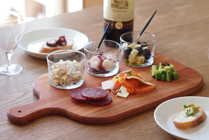 カッティングボードは、パンやチーズなどちょっとしたものを卓上で切れるだけでなく、オードブルやパンなどをのせるプレートとしても活躍しますね。のせるだけで、ほんとにおしゃれでパーティーのよう♪一枚あるとテーブルがぐんとセンスアップします♪