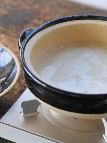 土鍋の場合は、使い始めの目止めは必ず行うようにします。土鍋にお水を入れて、お茶碗一杯程度のごはんを混ぜ込みます。そのまま弱火でじっくりとおかゆを作ります。出来上がったら、おかゆを入れたまま冷まします。