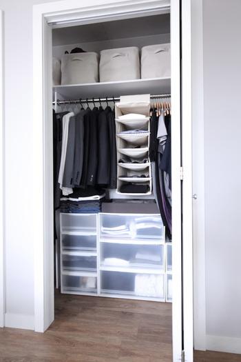 かける収納で使えるアイテムが、無印良品の「ホルダーシリーズ」。シャツなどを小分けに収納でき、かつ、ぱっと探しやすいのでおすすめ。綿と麻のナチュラルな風合いもうれしい。