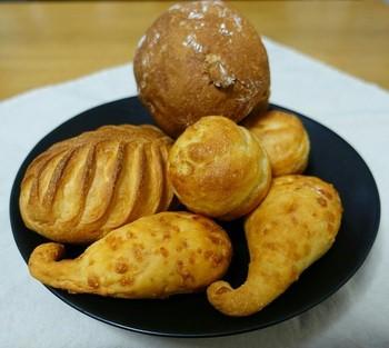 チーズの風味がたまらないフックの形をしたキュートなパンや、ふっくらこんがり焼けた美味しそうなパンたち。
