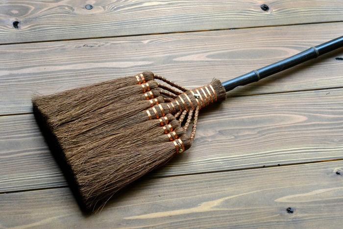 柔らか過ぎず適度なコシのある最高級鬼毛を使用した、棕櫚(しゅろ)のほうき。和歌山の職人さんがひとつひとつ丁寧に繊維を束ね、銅線で巻きつけています。掃除機と違って電気を使わず、騒音を気にすることもないので、エコで使い勝手の良いほうき生活を始める方も増えてきています。