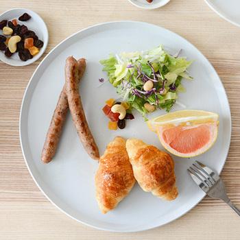 ワンプレート料理には、大きなお皿があると重宝します。すっきりシンプルなラウンド型のお皿は、いろいろな料理に合わせやすく万能なのでおすすめです。朝・昼・夜それぞれのメニューに合わせて、まずはお皿選びから始めてみるのも良いですね。