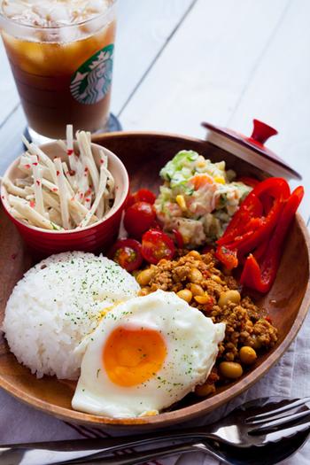 中で味が混ざるのを防ぎたい時は、料理ごとに小鉢に入れて、ワンプレート皿にのせる方法もおすすめ。スープなどの液体も、スープマグに入れればワンプレートのひと皿の中に収めることができますよ♪
