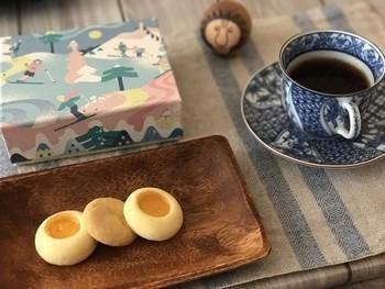 三越伊勢丹新宿店にお店がある「Fika(フィーカ)」。スウェーデン語で「お茶の時間」を意味するFikaは、北欧菓子、北欧デザイン、TEMIYAGE(てみやげ)をコンセプトにした日本生まれの北欧菓子で、三越伊勢丹独自のブランドなのです。様々な焼き菓子がありますが、特に人気なのはかわいい箱に入ったクッキー♪