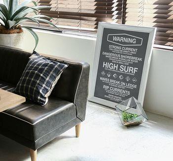 ポスターは壁に飾るだけではなく、こちらのように床に置くという飾り方もできます。床に置く場合はソファや雑貨など、周囲のインテリアに馴染むデザインやカラーを選ぶと、より統一感のあるお部屋になりますよ。