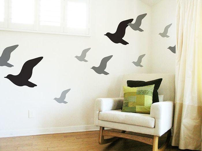 「お部屋にアートを取り入れたいけど、いきなり壁に絵を飾るのは敷居が高い…」そんな方には、壁に貼るだけでおしゃれな空間を演出できる「ウォールステッカー」がおすすめです。色々なデザインを組み合わせたり、ステッカーのレイアウト次第で、オリジナリティ溢れるお部屋を作ることができますよ。