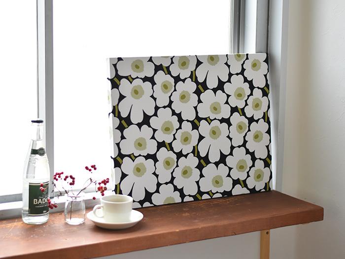 ファブリックパネルは壁に掛けるだけではなく、こちらのように「立てかけて置く」という飾り方もおすすめです。窓辺やチェスト、靴箱やデスクの上など、ちょっとしたスペースにパネルを置くだけでお部屋の雰囲気が変わりますよ。