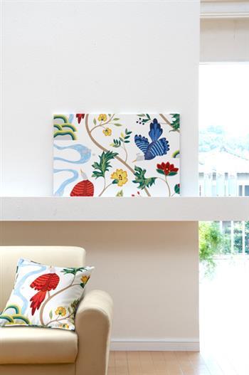 こちらのようにパネルとクッションを合わせると、お部屋に統一感が出てよりお洒落な雰囲気になります。また、春夏秋冬の四季に合わせてパネルを変えたり、パネルをいくつも組み合わせて飾ったりと、いろいろな楽しみ方ができます。
