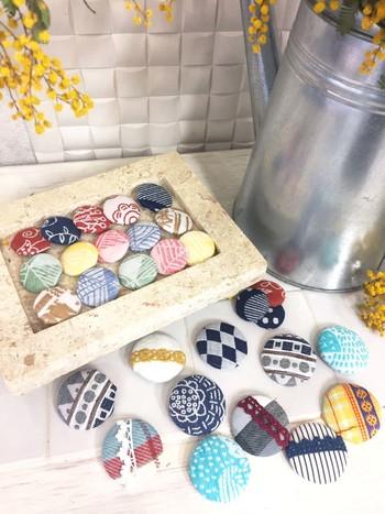 余った生地でくるみボタンを作ってみてはいかがでしょうか?くるみボタンのキットを使えば簡単に作成きでます。  ワンポイントに縫い付けたり、バッグやスモックとお揃いのヘアアクセサリーに加工しても◎
