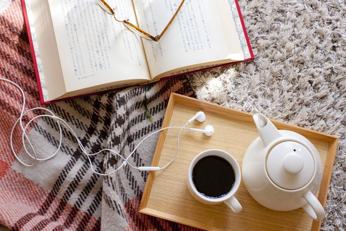 ずっと手が触れるものだからこそ、寒い時期は、温かみのあるフェルトやウール素材にするなど、布地にこだわるのもひとつの手です。愛着を持てるオリジナルカバーをつくって、本の世界にとことん浸る、読書の醍醐味を満喫してみてください♪