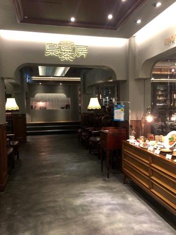 人気のカフェチェーン「ドトールコーヒー」と、新宿区にある「かもめブックス」がタッグを組んだ、新業態の大型ブックカフェ「梟書茶房」。センスのある選書に定評のあるかもめブックス代表・柳下恭平さんが選んだ蔵書が3,000冊あまり並んでおり、本好きにはたまらない空間です。