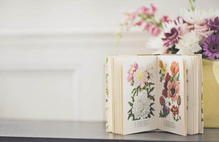 ブックカバーは本を守るためのものですが、手作りすれば、世界に一つだけの特別な一点ものに。また、春は花柄にしたり、夏は涼しそうなデザインの生地にしてみたり…と、季節や気分によって衣替え感覚で取り替えてみても、読書のテンションがあがるはず♪本を開く瞬間が、いっそう楽しく感じられますよ。