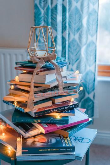 ブックカバーをつくる準備として、あらかじめカバーをかけたい本のサイズを確認しておきましょう。ブックカバーの素材(紙や布)のサイズは、文庫本は「A4」、新書は「B4」、単行本は「A3」が目安。実際の本よりやや大きめサイズを用意するのがポイントです。