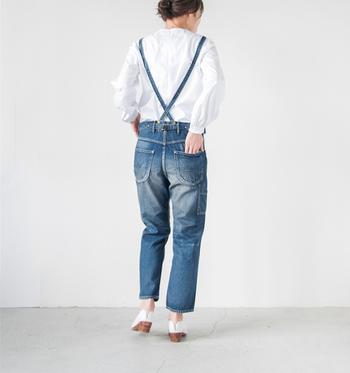 無骨なヴィンテージ感たっぷりのデニムパンツは、1950年代のワークパンツがモチーフ。艶消しの金具やステッチ、バッグデザインにもこだわりが感じられます。ストラップが取り外しできる2WAY仕様で、着こなしによって異なる表情が楽しめるのも魅力。