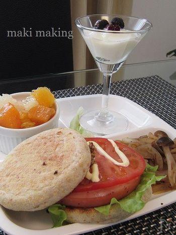 こちらはイングリッシュマフィンのBLTサンド(※)がメインのワンプレートレシピです。フルーツはココットに入れて、ヨーグルトはグラスに盛り付けるだけなので簡単。ささっと炒め物を作って添えましょう♪   ※サンドイッチの一種で、パンに、ベーコン(B=bacon)、レタス(L=lettuce)、トマト(T=tomato)を挟んだもの。