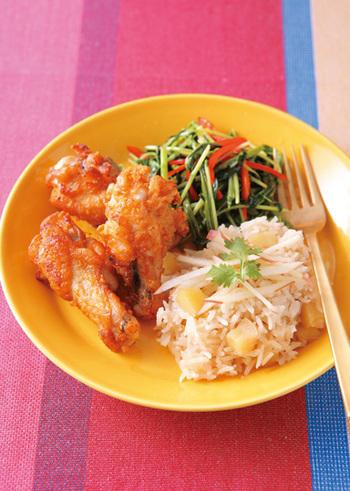 いつもとは少し気分を変えいランチに、タイ風のワンプレートはいかがですか?リンゴ風味でほの甘い、ひと工夫あるご飯も魅力です。野菜の炒め物とお肉のバランス感もちょうど良いですね。