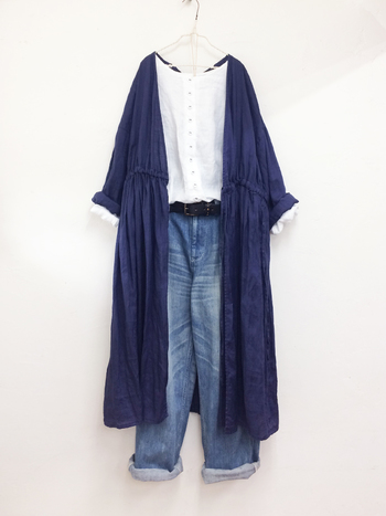 メリハリをつけて着痩せ効果を狙いたいときは、同系色の紺色を上から羽織り、縦長に見せ、ベルトにブラックを持ってくることで、よりスリムに見せてくれます。