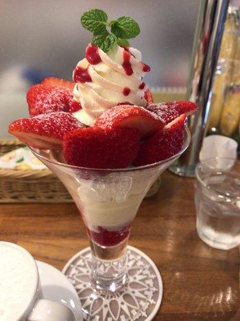 生クリーム、フランボワーズソース、いちごのアイスクリーム、フランボワーズのシャーベット、バニラアイス、ナタデココが入った「いちごパフェ」。爽やかなシャーベットとナタデココの食感も楽しいパフェです。