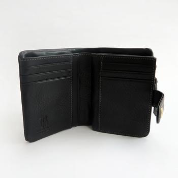 シッパータイプのコインケースには、仕切りがついていて、長財布なみのコインを収納できます。お札入れにも仕切りがあって、カード類を11枚収納できます。  イタリアの職人さんが丁寧に仕上げた牛革を使用しているので、使うほど手になじみ、独特のツヤが生まれていきます。