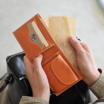 イルビゾンテの二つ折り財布は、上質な本革を使用しています。熟練した職人さんたちが丁寧に手づくりしていて、使いこむほどに味わいが深まります。  シンプルかつコンパクトながらも、収納力と機能性が充実しているのも人気の理由◎カード類が取り出すいようにカードポケットには曲線を描くなど、随所にきめ細やかな配慮が加えられています。