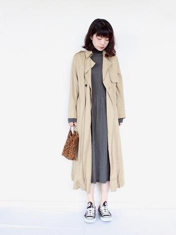リブニットが可愛いグレーのワンピースは、ベージュのアウターでナチュラルなスタイルに。飾りすぎないカジュアルなコーディネートで、センス良い着こなしに仕上がっています。