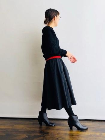 ブラックのシンプルなトップスは、赤をプラスしてアクセントを付けるとワンランク上のコーディネートに。お手本にしたいテクニックです。
